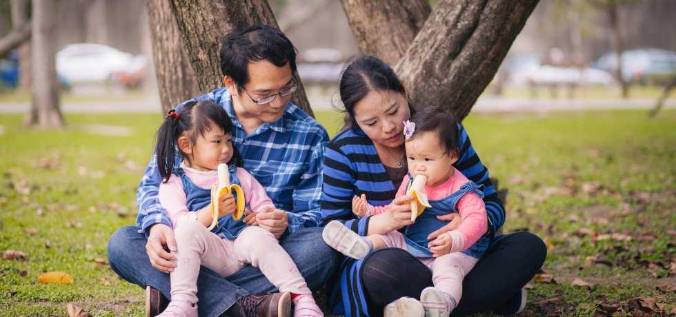 幸福的一家四口家庭照
