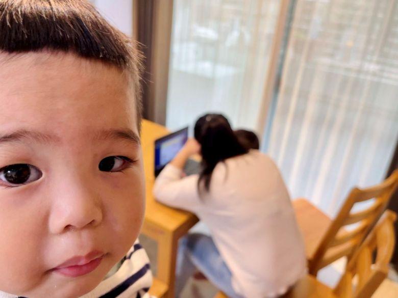 未滿三歲的阿北只能看著哥哥上課