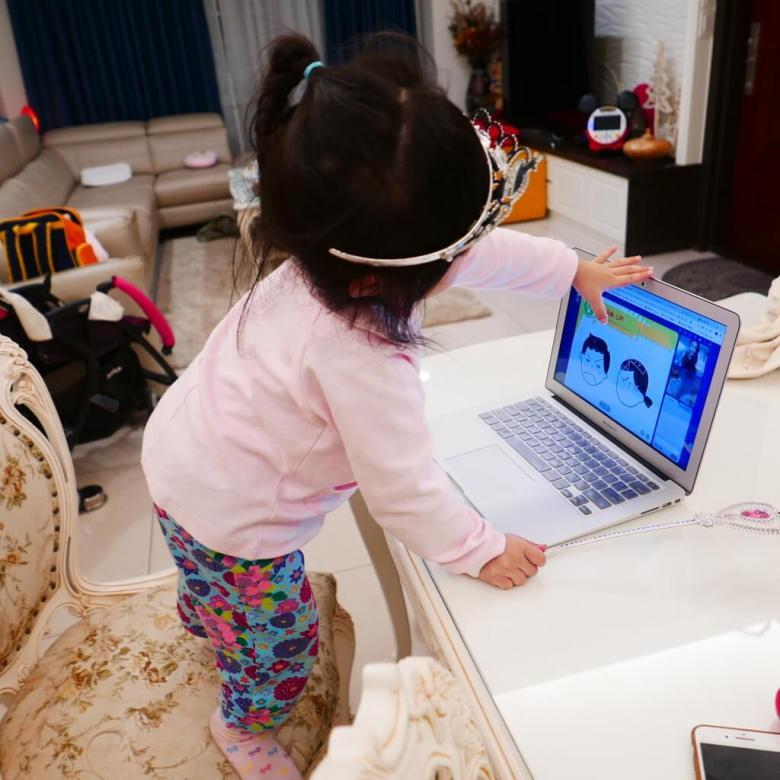 照片中的宓玹,整個人已經要撲到電腦螢幕前了 。