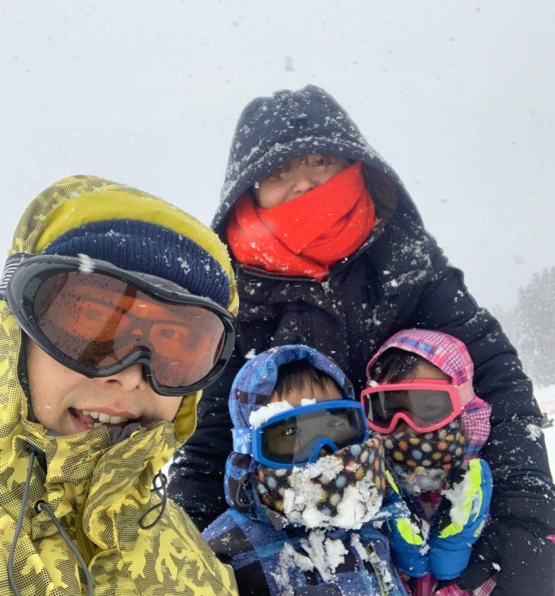 Olivia 一家在滑雪場簇擁在一起自拍