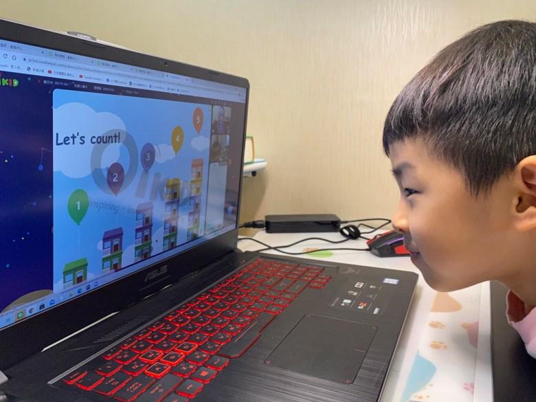在英文班無法專心上課的哥哥,竟然認真盯著螢幕上課