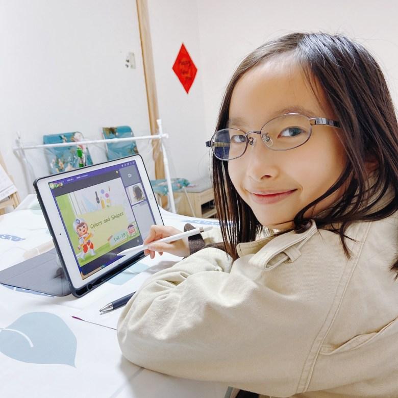 日本是從小學三年級開始上英文,星星目前不排斥也不特別喜歡;但也許她了解會多國語言的美妙,所以也是認真的上課。