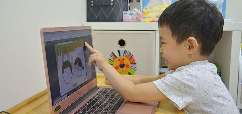 寶貝正在用英文學習台灣地理