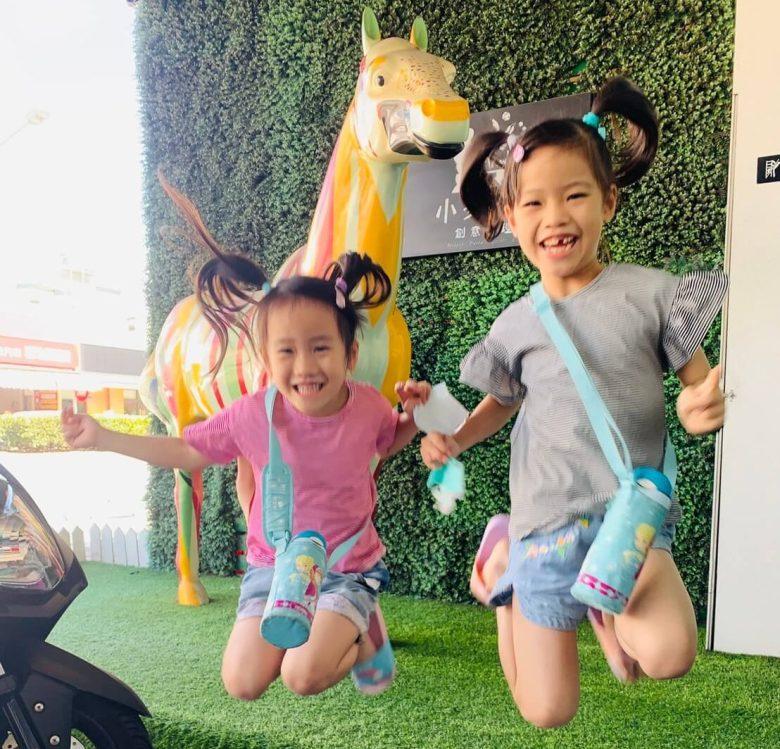 Annie與妹妹開心的跳躍