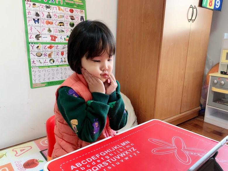 透過老師的耐心引導,多多也逐漸卸下心防,願意跟著老師扮鬼臉了。