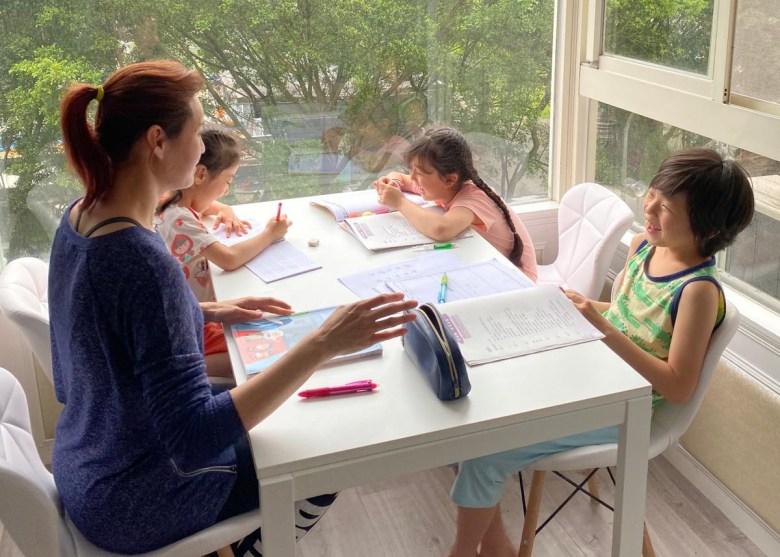 在家自學,每位孩子都露出開心的笑容