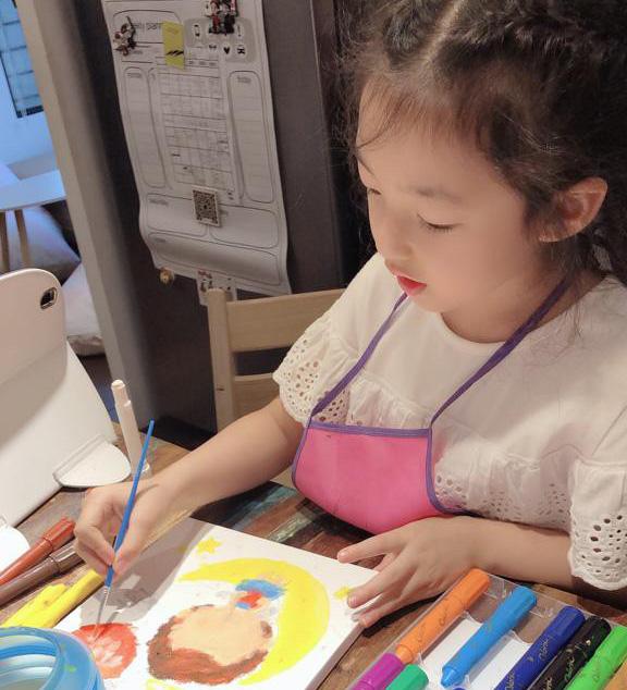 宇芙喜歡畫畫,讓孩子自由發揮興趣、不受限