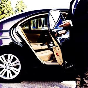 Chofer abriendo puerta de vehículo