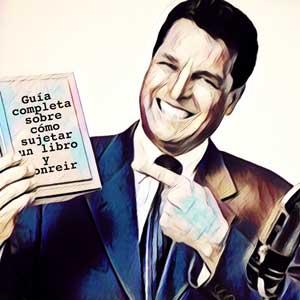 hombre-sujetando-libro-sonriendo