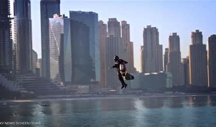 """إنجاز هو الأول من نوعه.. الرجل الطائر """"يفعلها"""" في سماء دبي (فيديو)"""
