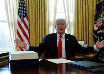 الرئيس الأمريكي دونالد ترامب في مكتبه بالبيت الأبيض يوم 22 ديسمبر كانون الاول 2017. تصوير: جوناثان ارنست - رويترز