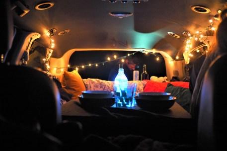 Van aménagé de nuit romantique avec guirlande