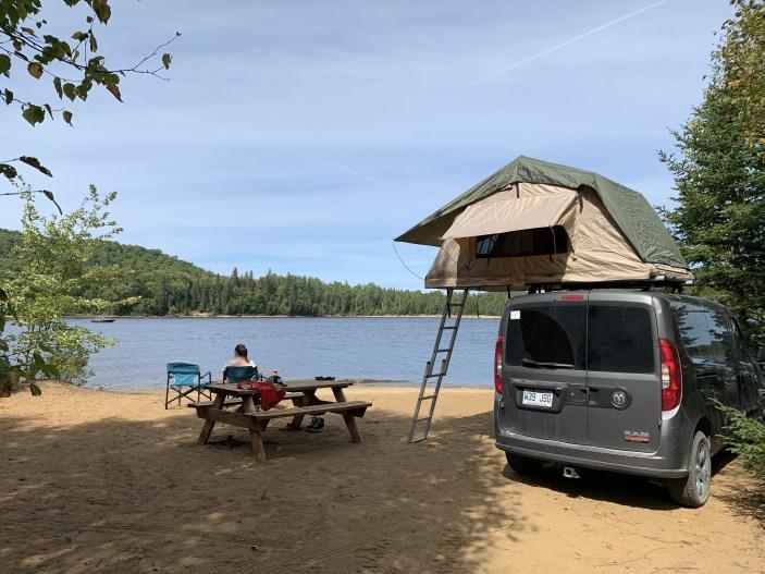 Tente de toit souple sur van aménagé en road-trip