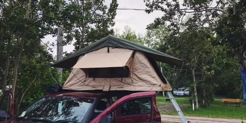 Tente de toit souple sur van aménagé à louer