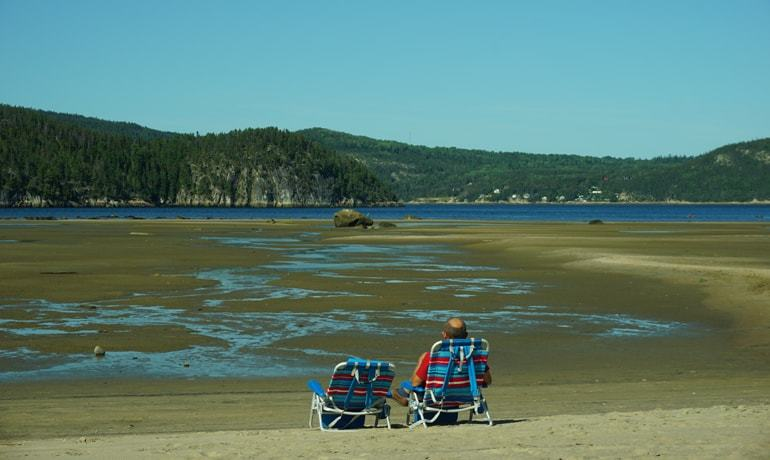 Vue du Fjord du Saguenay depuis la plage de sable de l'Anse-Saint-Étienne
