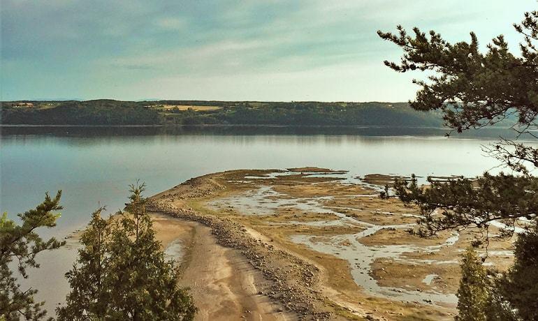 Vue panoramique de la démarcation entre la Rivière Saguenay et le Fjord du Saguenay à la flèche du littoral à St-Fulgence