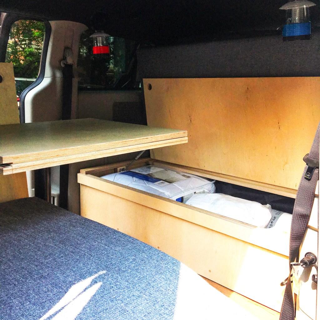 Rangement à l'intérieur du van avec un kit de conversion