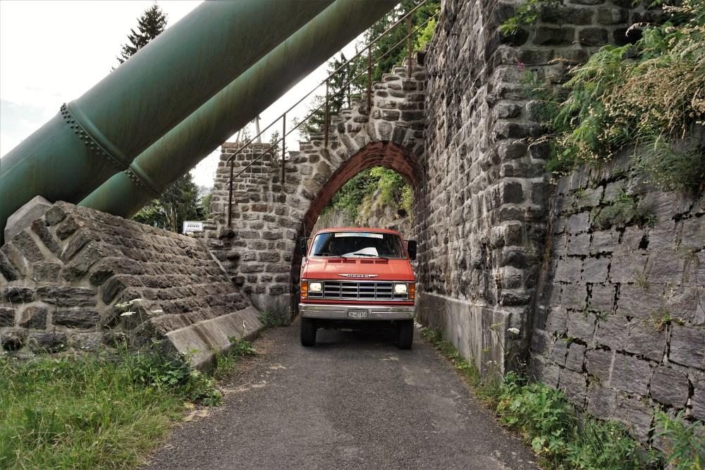Unser Mowag unter einer sehr schmalen und tiefen Brücke