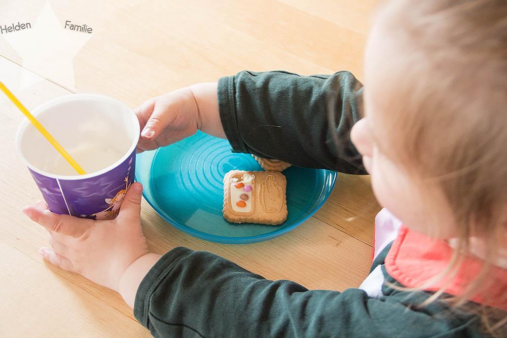 12 von 12 - Kleinkind hat  Appetit auf Kekse und Milch