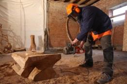 Rhöner Holzkünstler beim Arbeiten