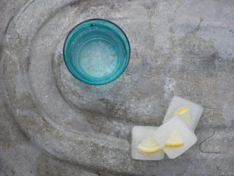FEED YOUR FITNESS_Happyfitnesswaterchallenge_Wasser_Eiswürfel