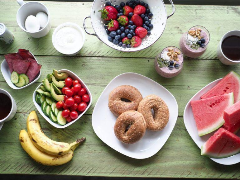 Gedeckter Tisch mit Beeren-Joghurt-Bowl