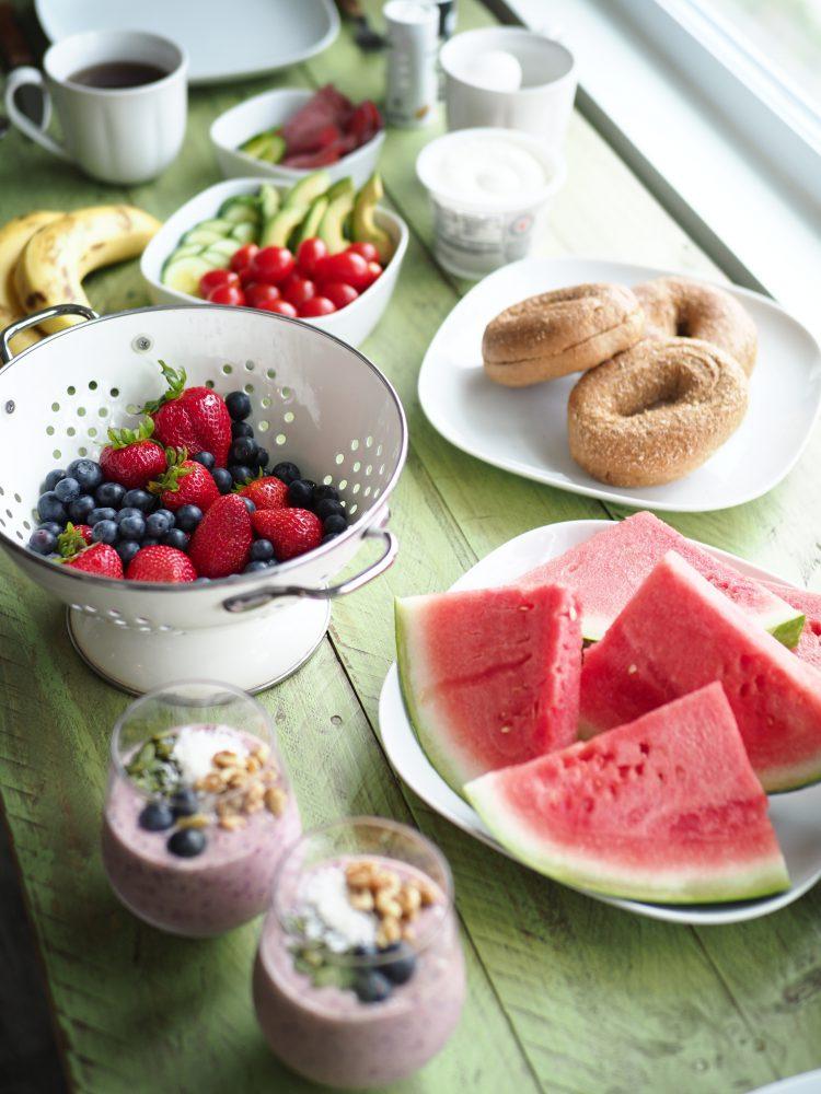 Gedeckter Frühstückstisch mit frischen Früchten