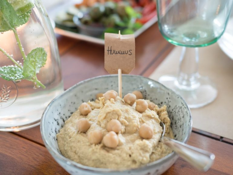 Hummus auf dem veganen Frühstückstisch auf feedyourfitness.de