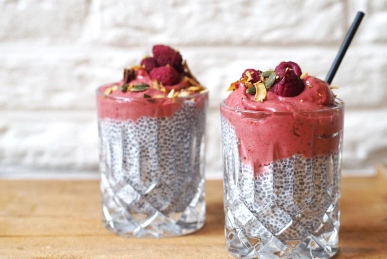 Rezept für Chia-Pudding mit Himbeer-Dattel-Creme auf lebensverliebt.de