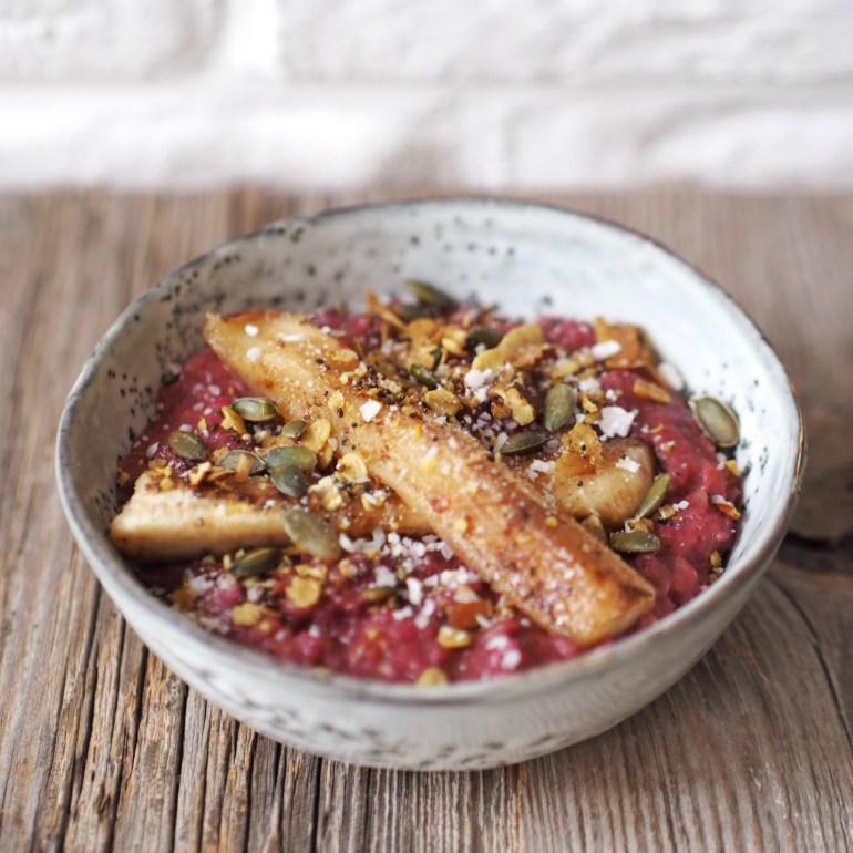 Rezept für Beeren Porridge mit Karamell-Banane auf lebensverliebt.de