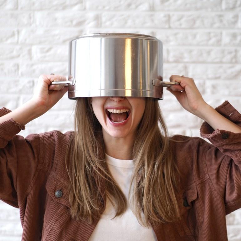 Topf auf dem Kopf. So kochen Minimalisten. 5 Tipps für minimalistisches kochen.