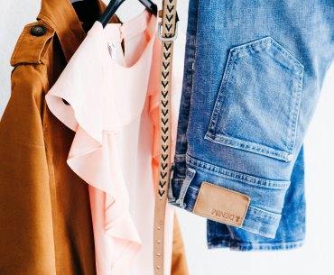 Minimalismus Kleiderschrank, aussortierte Kleidung