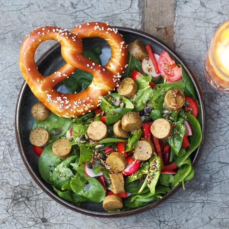 Rezept für veganen Weißwurst Salat mit Brezel auf lebensverliebt.de