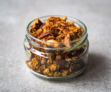 Vegans Rezept für Pumpkin-Spice-Granola auf lebensverliebt.de