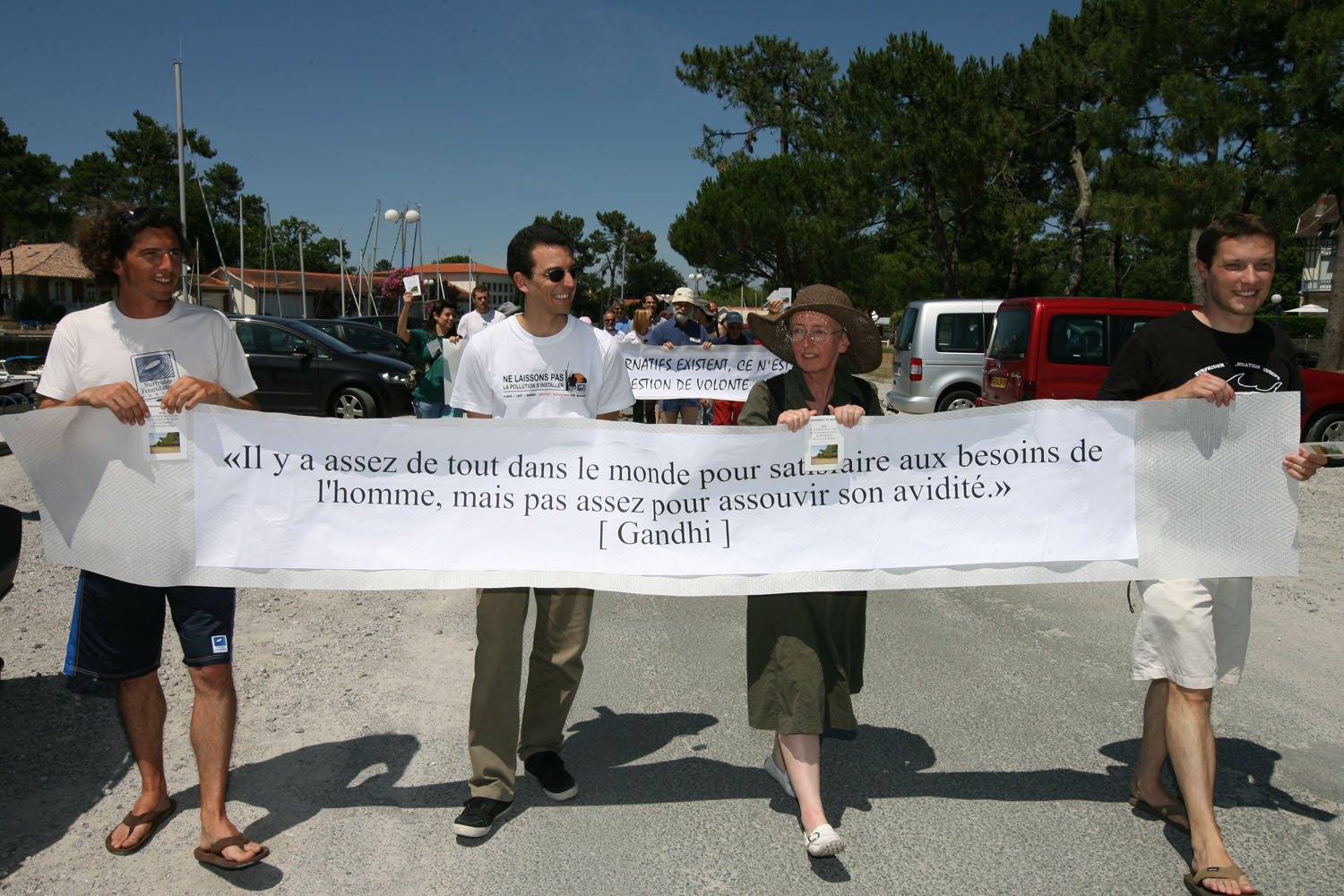 les manifestants longent les limites de l'extension, Gandhi en citation