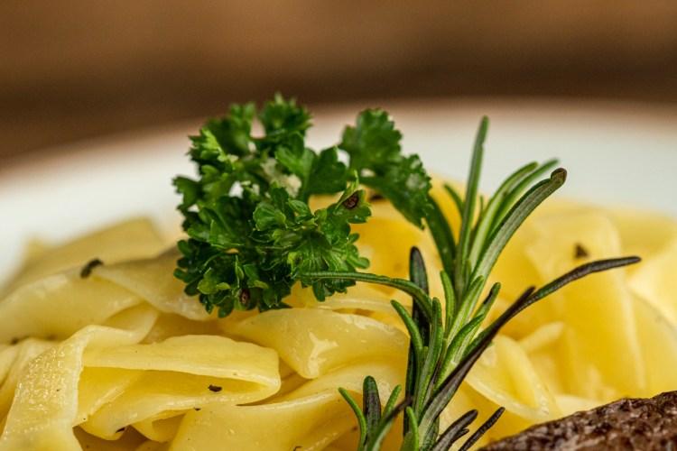 Fettuccine na manteiga de sálvia