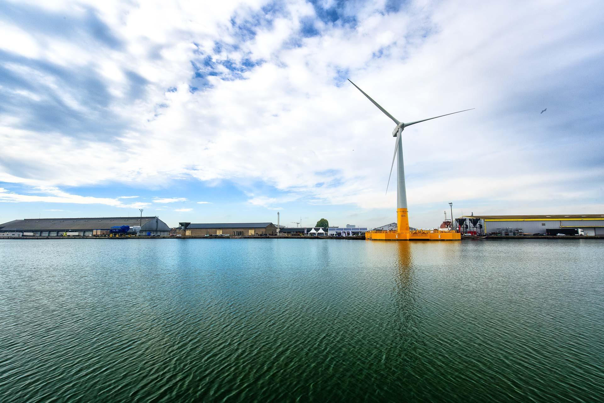 La première éolienne flottante gonfle les voiles de l'éolien en mer français