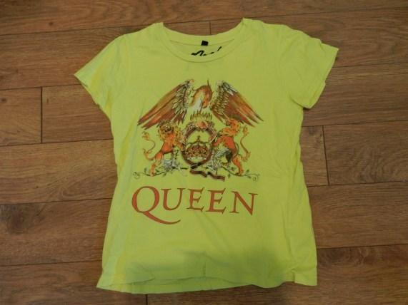 T-shirt jaune de Queen, mon groupe préféré. J'en ai acheté un plus à mon goût lorsque je suis allée les voir au centre Bell en 2014. Et le jaune, c'est pas une couleur qui me fait très bien, à mon avis. ;)