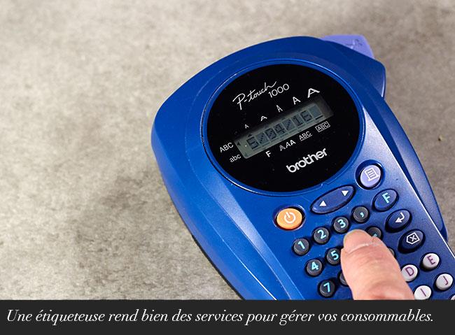 Une étiqueteuse rend bien des services pour gérer vos consommables.
