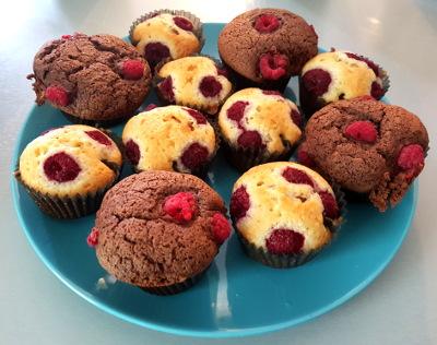 Assiette de muffins framboises et chocolat framboises