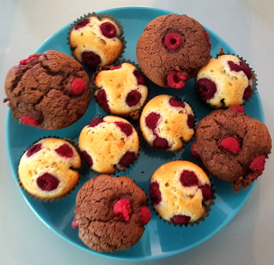 Assiette de muffins framboise et muffins framboise chocolat