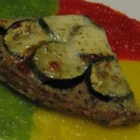 Tarte croustillante de boulgour et quinoa à la courgette et mozzarella sur jus tricolore de poivrons crus