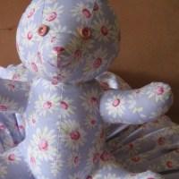 Lapin-peluche pour bébé cousu en tissu fleuri et son coussin douillet