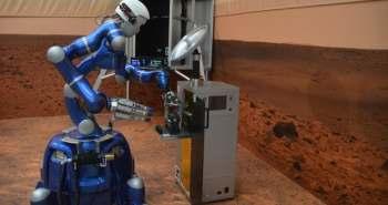 Un astronaute de l'ESA contrôle un robot humanoïde depuis la station spatiale