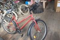 A la sortie, des vélos vintage avec une petite touche « glamour » et des accessoires à la carte pour fignoler la personnalisation du vélo.
