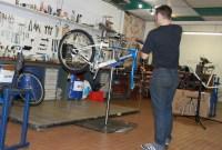 A La Bécane à Jules, en ville, l'auto-réparation et le vélo à la carte. Aux ateliers de Longvic le démontage, la réparation et la fabrication des Refab. Ils hébergeront le stock, le magasin de pièces détachées, des machines de nettoyage et 4 postes de travail.