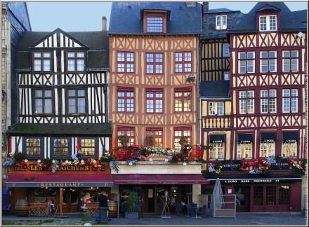 """Faixadas das casas antigas de <a href=""""http://www.rouentourisme.com/Default.aspx?tabid=3423&amp;language=pt-PT"""">Rouen</a>, na Praça do Vieux Marché"""