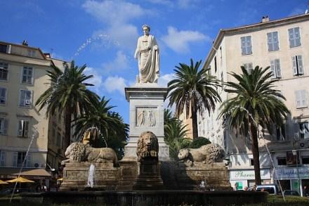 A estatúa do Napoleão na Praça Foch em Ajaccio