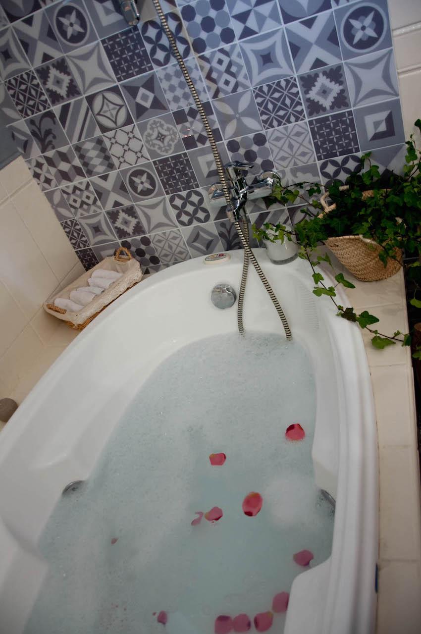 Le plaisir de se lover dans un peignoir de bain moelleux
