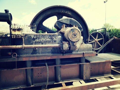 Un bond dans le passé avec ce moteur fixe anglais à vapeur ! On se croirait à l'époque de Chaplin non ?